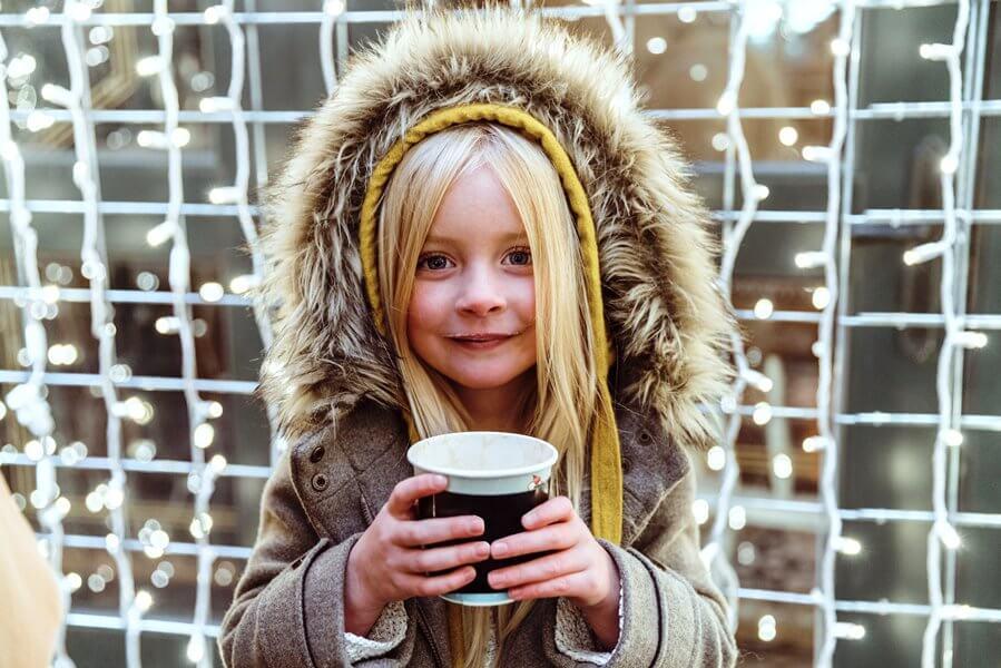 Deklica z vročim kakavom