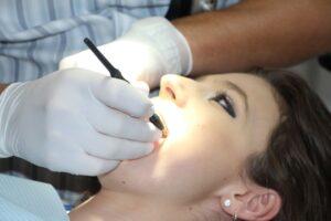 Majavost zob in aritmija v času mene