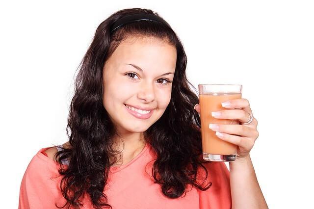 Mlada ženska in probiotik, zmešan v smuti