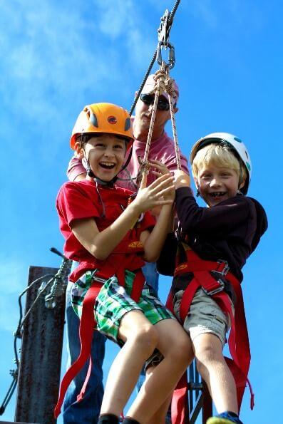 Zadovoljna otroka na zipline-u